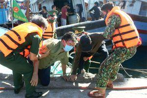 Tiếp nhận 2 thuyền viên bị nạn trên biển vào bờ an toàn