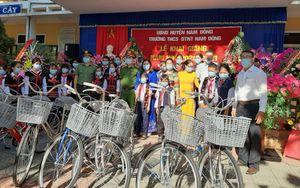 Thứ trưởng Bộ Công an tặng xe đạp cho học sinh nghèo tại Thừa Thiên Huế