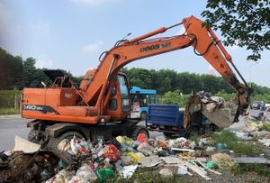 Thu gom gần 200 tấn rác trên Đại lộ Thăng Long: Liệu có 'ném đá ao bèo'?
