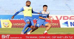 Cầu thủ Than Quảng Ninh khen mặt sân Hà Tĩnh đẹp trước trận tứ kết Cúp Quốc gia