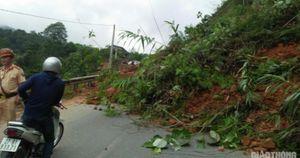Điện Biên: Hàng nghìn mét khối đất sạt xuống QL279 khiến giao thông tê liệt
