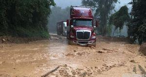 Sạt lở sau mưa lớn gây ách tắc trên QL279 qua Điện Biên