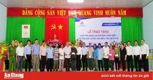 Trao tặng 'Nhà tình nghĩa' cho gia đình chính sách xã Thới Sơn