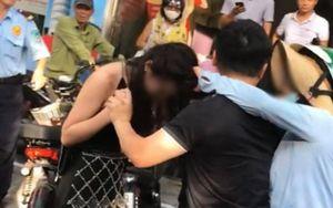 Màn đánh ghen trên phố Lý Nam Đế sau khi vợ bắt gặp chồng chở cô gái trẻ 'nóng' nhất dư luận hôm nay
