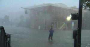 Bão Sally đi chậm như rùa, gây ra trận lụt 'lịch sử và thảm khốc'
