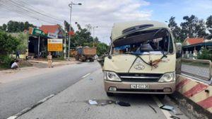 Tin tức tai nạn giao thông mới nhất hôm nay 18/9: Xe tải lùi va trúng xe khách, 2 người bị thương nặng