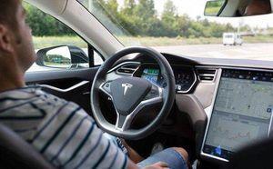 Tài xế ngủ gật trên xe ô tô tự lái 150 km/giờ