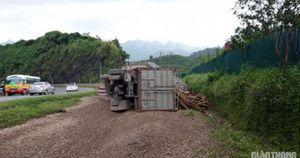 Đường lánh nạn 'cứu' xe tải chở gỗ mất phanh trên QL6