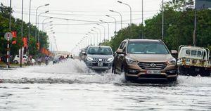 Mưa lớn kéo dài, nhiều tuyến phố ở thành phố Hà Tĩnh chìm sâu trong nước