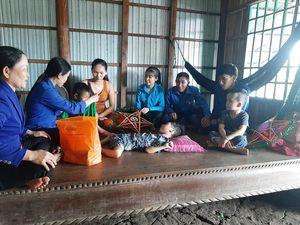 Đoàn viên rửa xe gây quỹ tặng quà cho trẻ khuyết tật vui trung thu