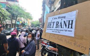 'Rồng rắn' xếp hàng chờ từ sáng đến chiều mua bánh trung thu truyền thống ở HN