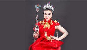Hoa hậu Doanh nhân Hoàn vũ Nguyễn Thị Diệu Thúy vinh dự được tặng 'Vương miện tiền tỷ' của Nghệ nhân Quốc gia Đào Trọng Cường
