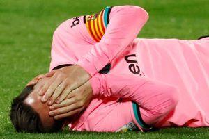 Messi bị đánh cùi chỏ trong trận thua của Barca
