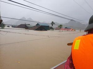 Quảng Bình: Cứu 20 người trên xe khách bị lũ cuốn trôi