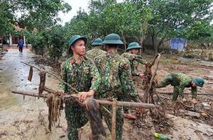 Bộ đội giúp nhân dân ổn định cuộc sống sau bão lũ