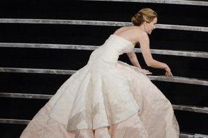 Jennifer Lawrence vẫn xấu hổ về cú ngã trước khi nhận giải Oscar
