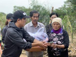 Trường Giang, Bảo Lâm tặng bò cho người dân Quảng Bình