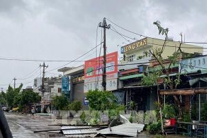 Bình Định: Hàng nghìn ngôi nhà bị tốc mái, lũ bất ngờ đổ về gây ngập