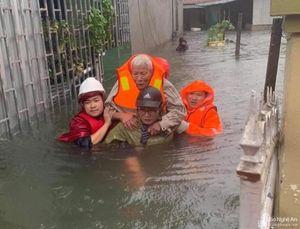 Bộ đội, công an Nghệ An dầm mình cứu dân trong mưa lũ