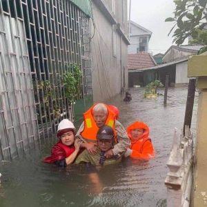 Bộ đội, công an Nghệ An ngâm mình trong nước cõng dân ra khỏi vùng lụt