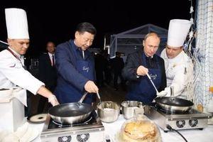 Clip: Tổng thống Nga Putin và Chủ tịch Trung Quốc Tập Cận Bình so tài làm bánh kếp