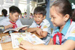 Dạy tiếng Anh bậc tiểu học: Chấp nhận hạ chuẩn giáo viên