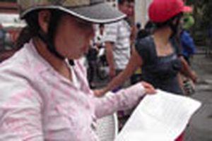 Công khai bán đáp án giả môn lý trước cổng trường