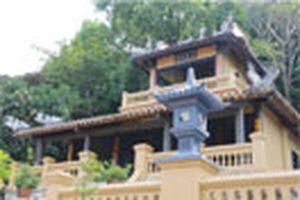 Kỳ 28: Áo cưới trước cổng chùa