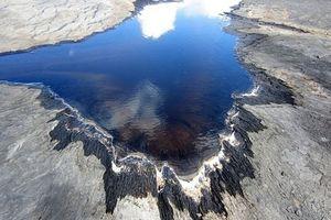 Cảnh siêu thực ở hồ hắc ín lớn nhất thế giới