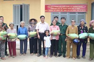 Tặng 1 tấn gạo giúp đỡ các hộ nghèo biên giới
