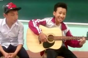 Cậu bé phố núi gây sốt với bản 'cover' ghi ta 30 bài hát