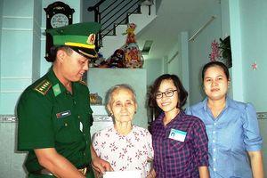 Biên phòng Cửa khẩu cảng TP Hồ Chí Minh thăm, tặng quà Mẹ Việt Nam anh hùng