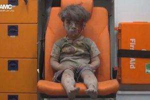 Cậu bé 5 tuổi bê bết máu khiến cả thế giới phải sốc