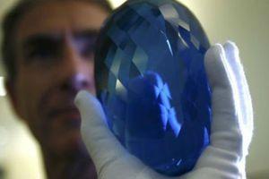 Cận cảnh viên đá quý topaz màu xanh lớn nhất thế giới
