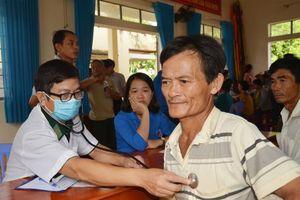 Khám, chữa bệnh và cấp phát thuốc miễn phí cho gia đình chính sách