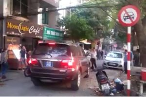 Hà Nội: Bức xúc xe biển số xanh 80B chạy vào đường cấm