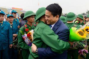 Tân binh ôm chầm Chủ tịch Hà Nội trước lúc nhập ngũ