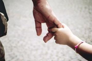 Cha và con gái trong quán cà phê
