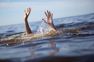 Trượt chân xuống sông khi đang tắm cho bò, 4 ông cháu chết đuối