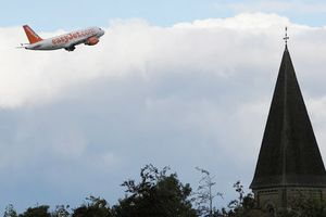 Bắt 3 người nghi khủng bố trên máy bay đến Anh