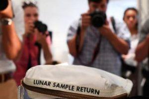 'Túi bụi Mặt Trăng' của nhà du hành Neil Armstrong có chủ nhân mới