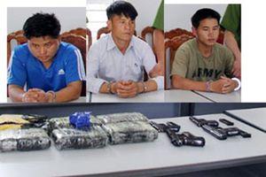 Nhóm người mang súng đi 'áp tải' 36.000 viên ma túy