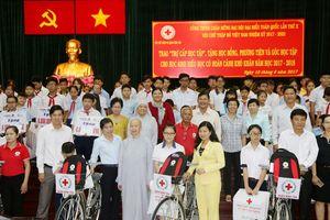 Trao 'Trợ cấp học tập', tặng học bổng cho 94 học sinh nghèo hiếu học
