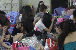 Trăm tiếp viên nữ mặc khiêu gợi phục vụ khách Đài Loan