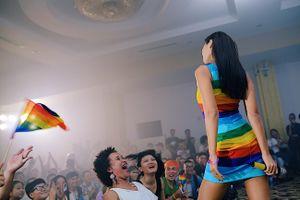 Siêu mẫu Hà Anh thu hút mọi ánh nhìn với váy cầu vồng tại Viet Pride Sài Gòn