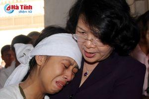 Phó Chủ tịch nước thăm hỏi gia đình trưởng thôn bị tử vong sau bão