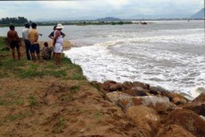 Triều cường san bằng khu sửa chữa tàu thuyền ở Tuy Hòa