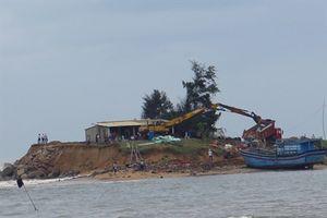 Triều cường 'xóa sổ' một khu sửa chữa tàu thuyền ở Phú Yên