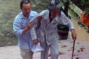 Ông cụ 84 tuổi bị con đòi bỏ tù xiêu vẹo đến tòa