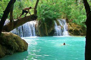 Hồ bơi tự nhiên xanh biếc ở chân thác nước